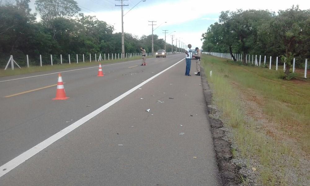 Mulher morre atropelada por taxista enquanto caminhava em acostamento