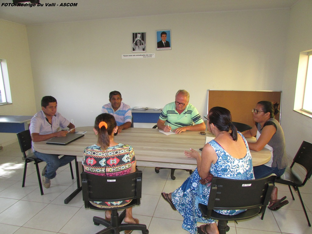 Vereadores recebem na sala de reuniões da câmara municipal de Dois Irmãos equipe de professores
