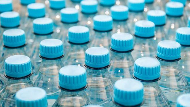 Você está bebendo plástico? OMS investigará efeitos na saúde após análise achar partículas em água engarrafada