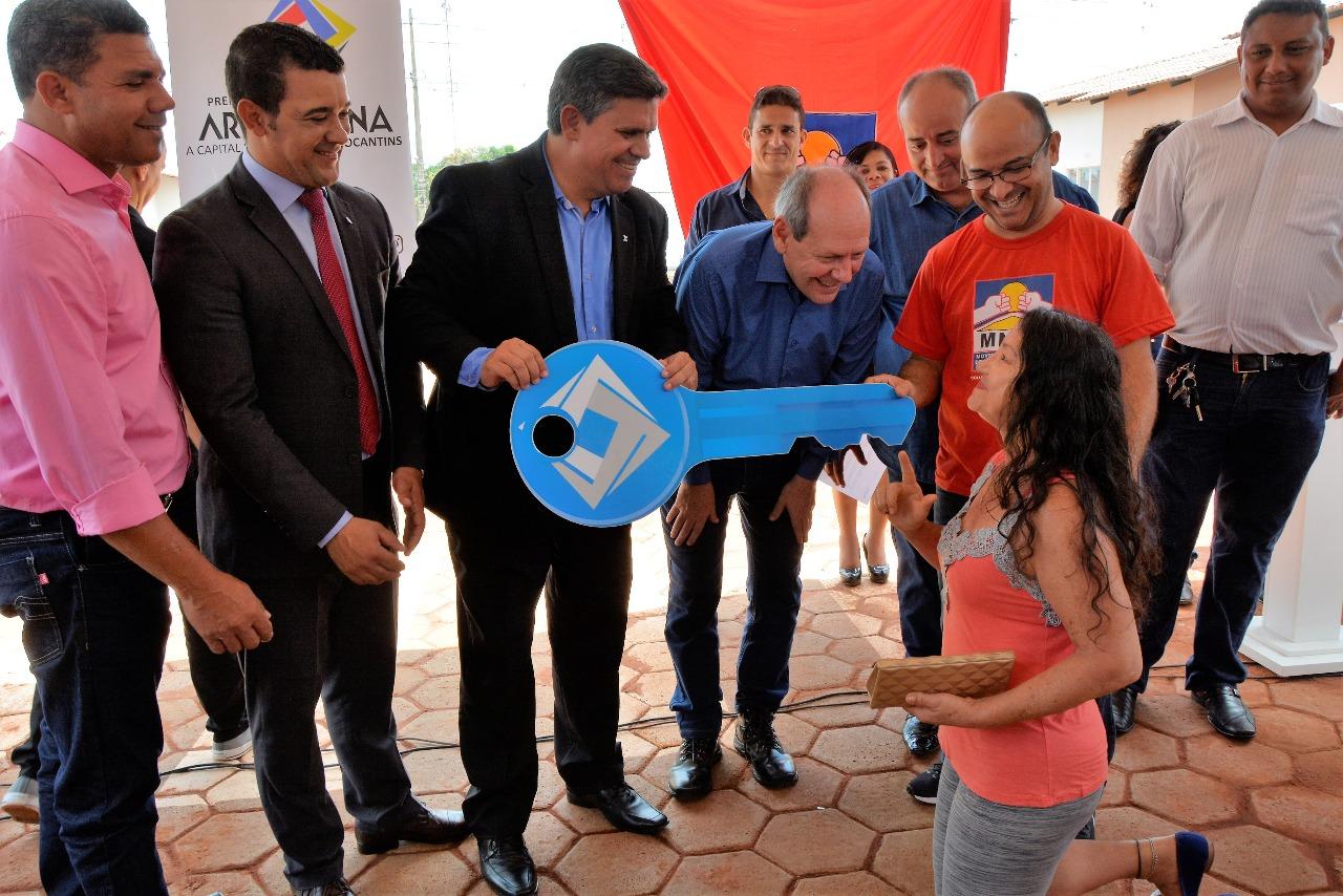 Dimas entrega primeiro condomínio popular fechado do Tocantins