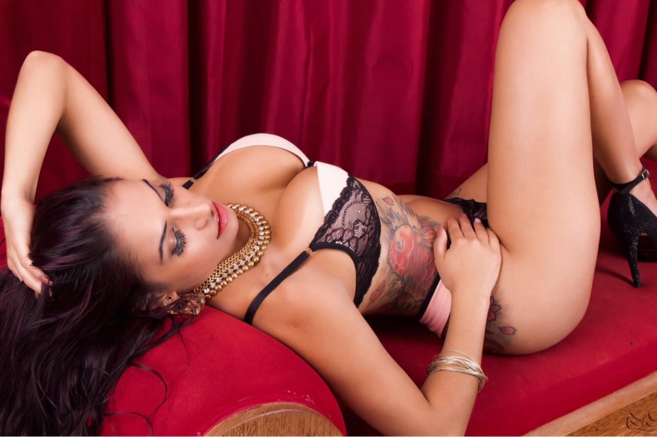 Após ser vítima de assalto, Musa do Brasileirão Débora Santos estrela ensaio sensual