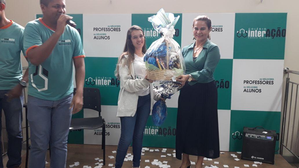 Colégio Interação realiza Páscoa Solidária com sessão de cinema e distribuição de chocolates para 160 crianças da rede municipal
