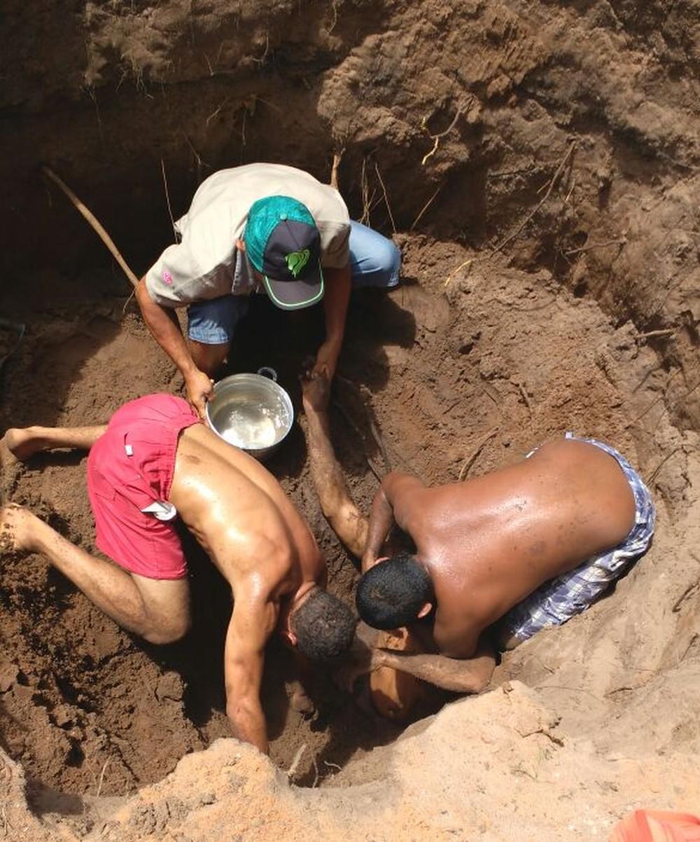 Homem fica soterrado ao cavar fossa e buraco desmoronar