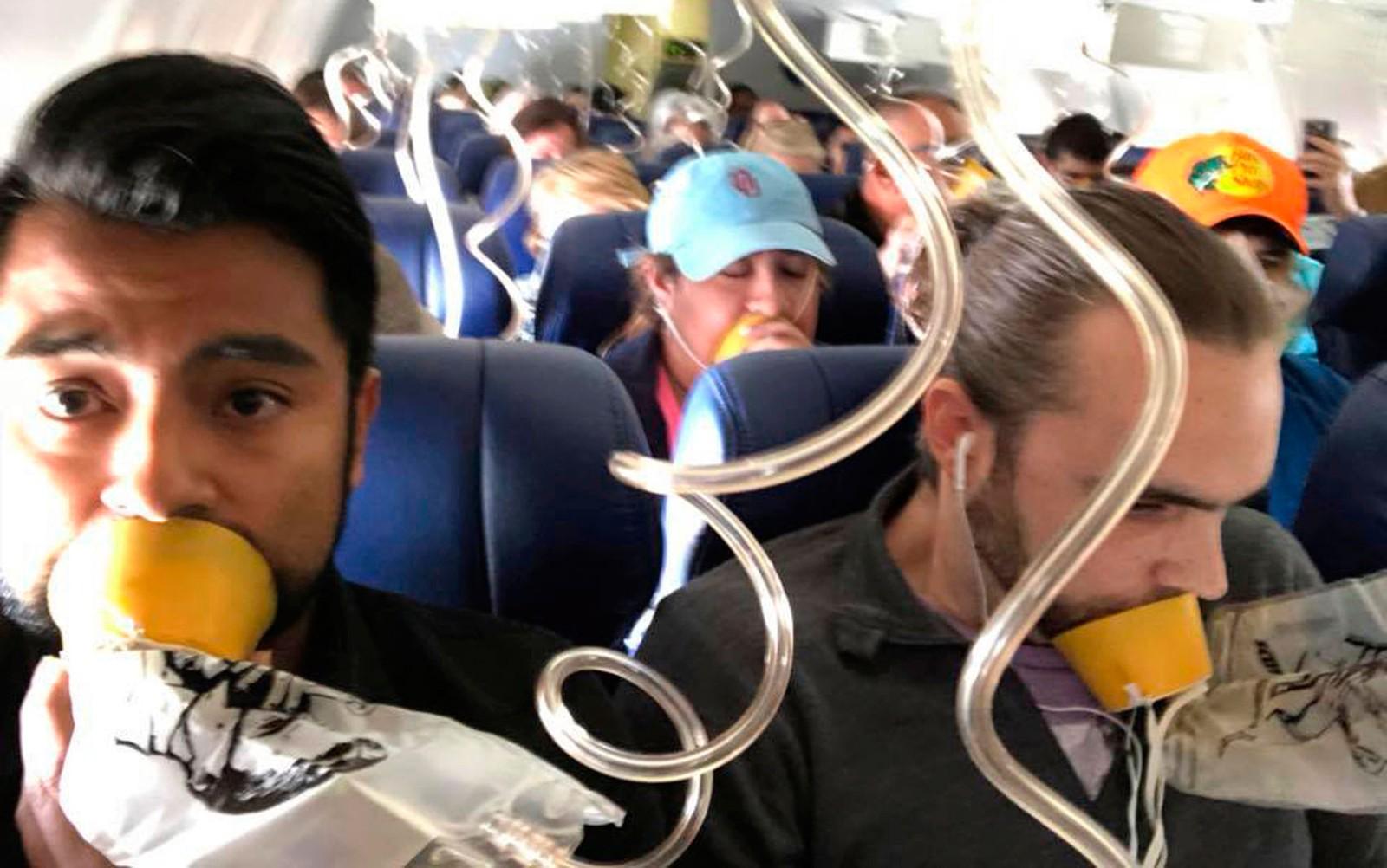 Passageiros descrevem 22 minutos de pânico em voo no qual mulher morreu ao ser sugada nos EUA