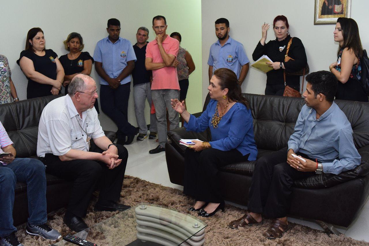 Kátia Abreu reza com Dom Romualdo, recebe bênção episcopal e promete atender solicitações