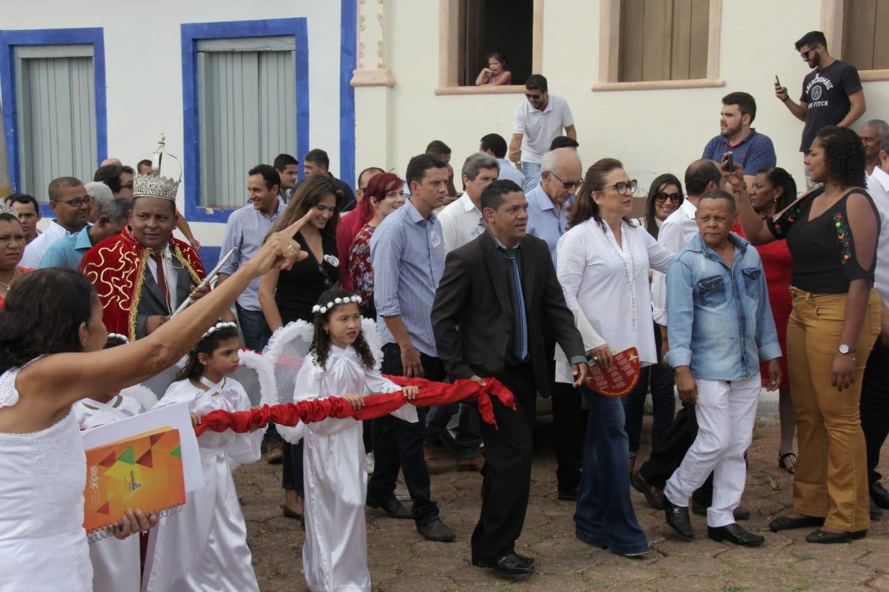 Kátia Abreu recebe as bênçãos do Divino Espírito Santo em Natividade