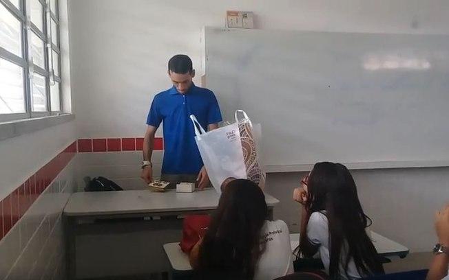 Professor com dois meses de salário atrasado chora ao ganhar R$ 400 de alunos