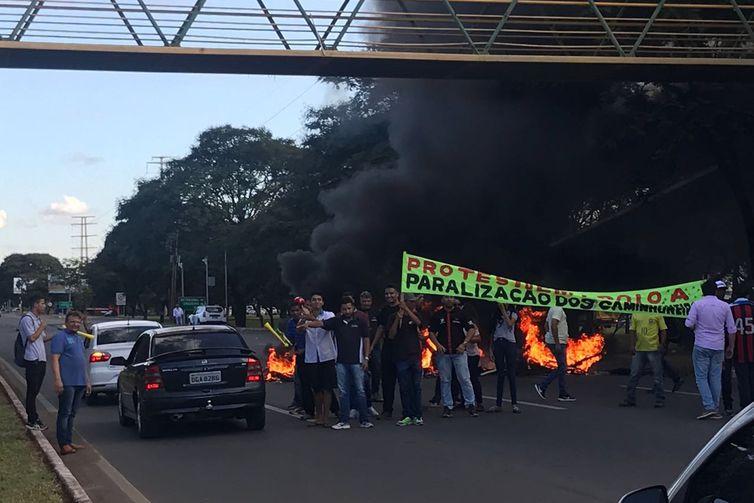 Feirantes do DF apoiam greve, e saídas do Plano Piloto são bloqueadas