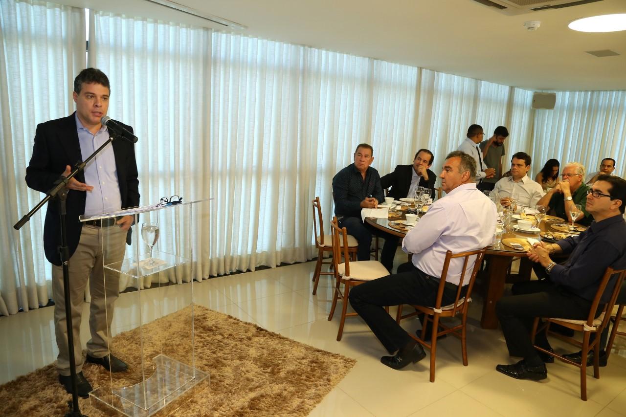 Mário Lúcio Avelar fala a empresários no Café & Política da FIETO