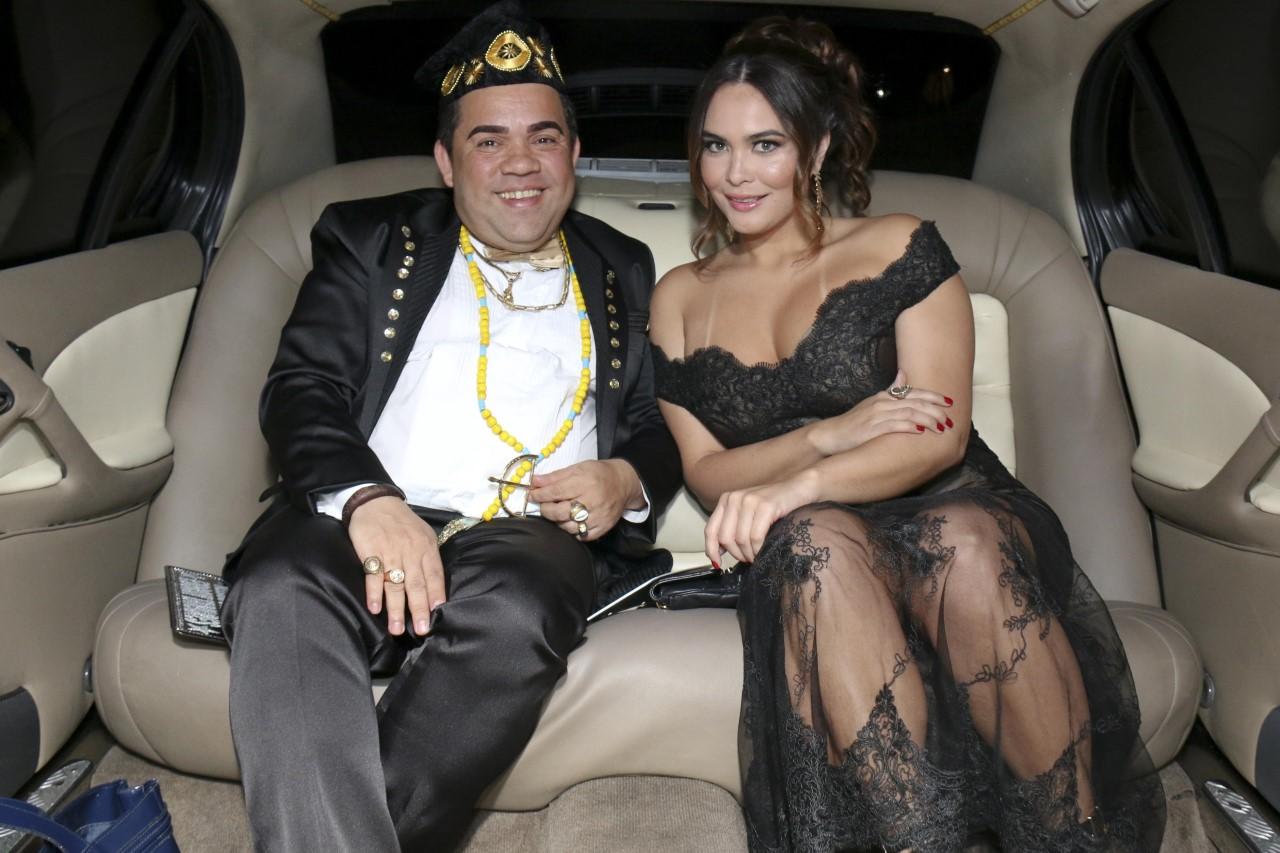 Geisy Arruda chega de limousine acompanhada do Guru das Celebridades em Evento