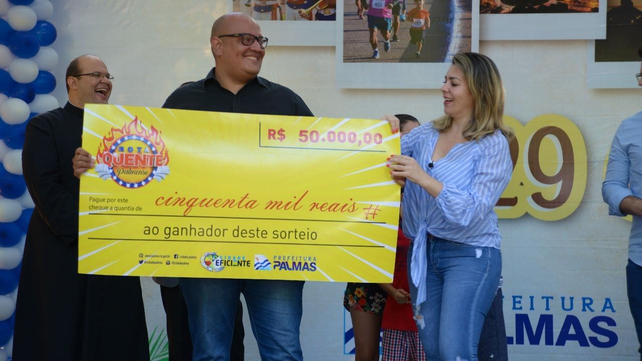 Vencedor do Nota Quente recebe cheque simbólico de R$ 50 mil