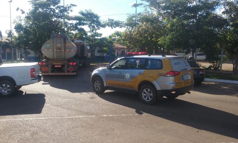 Caminhões com combustível chegam escoltados em garagem do Estado