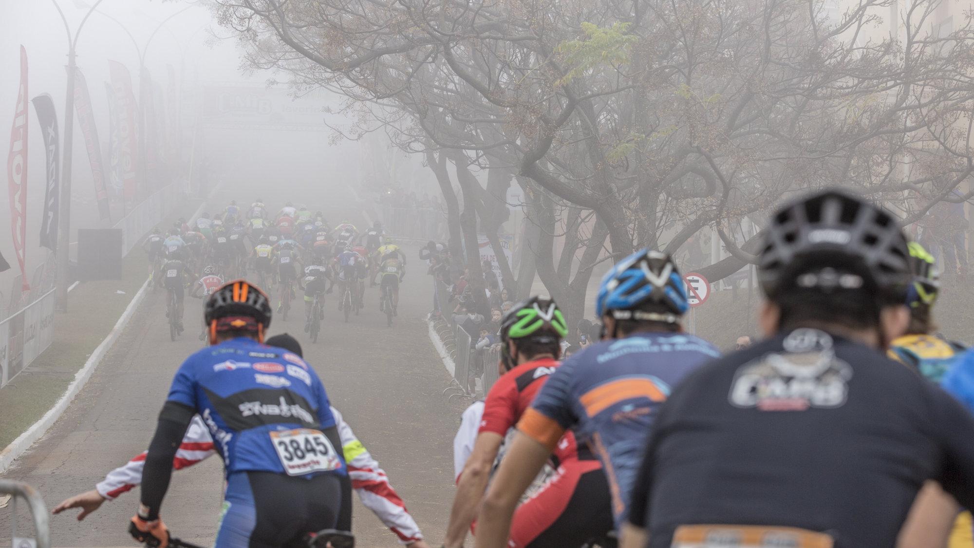 Debaixo das nuvens, atletas da Copa Sense Bike pedalam na CIMTB Levorin em Ouro Preto