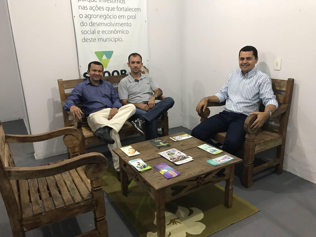 Gilberto Moraes visita estande do Sicoob Credipar na 50ª Expoara em Araguaína (TO)