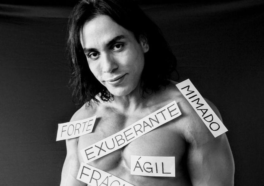 Modelo Ricardo Dias posa exibindo a importância da liberdade de expressão