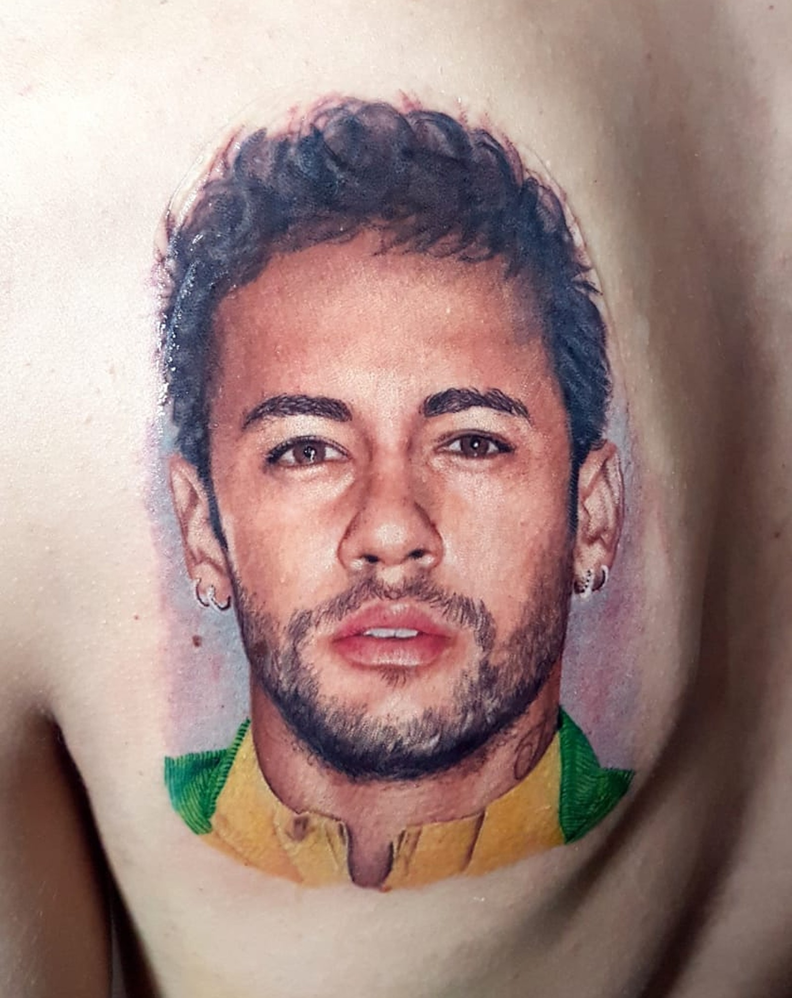 Fã junta dinheiro por seis meses e passa 8 horas tatuando o rosto de Neymar nas costas