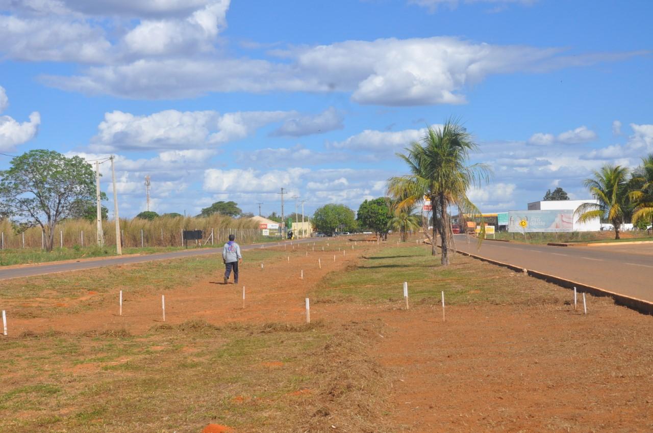 Prefeitura de Porto Nacional inicia limpeza e implantação de calçadas no sentido Norte do Município