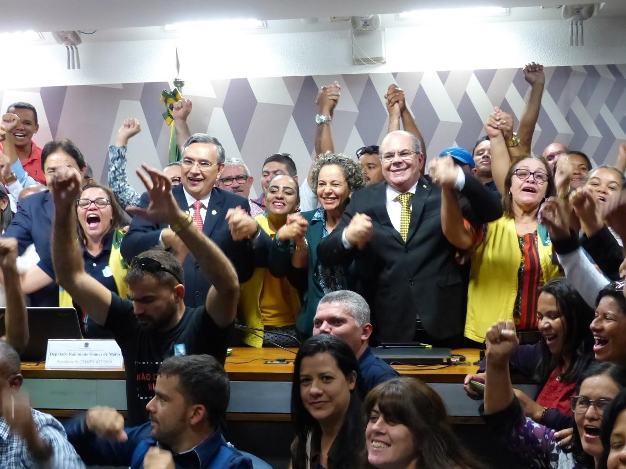 Josi comemora a aprovação do relatório da MP 827 em Comissão Mista