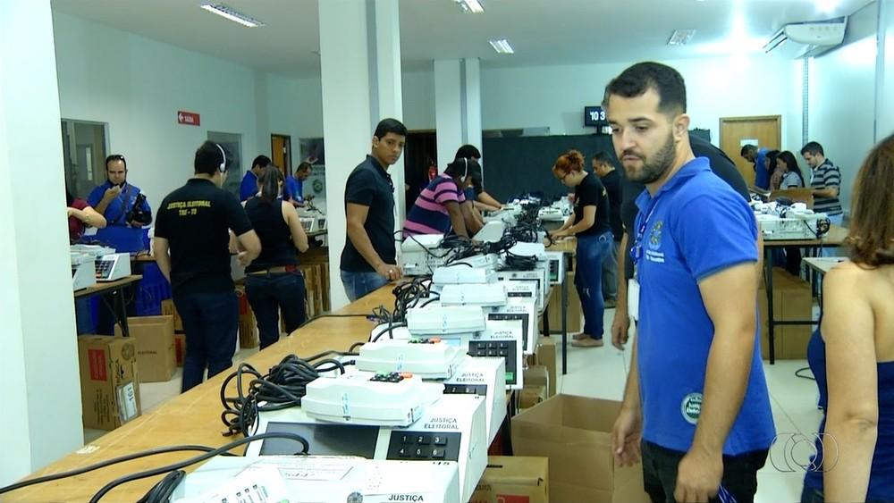 Urnas são preparadas para o segundo turno de Eleição Suplementar para governador
