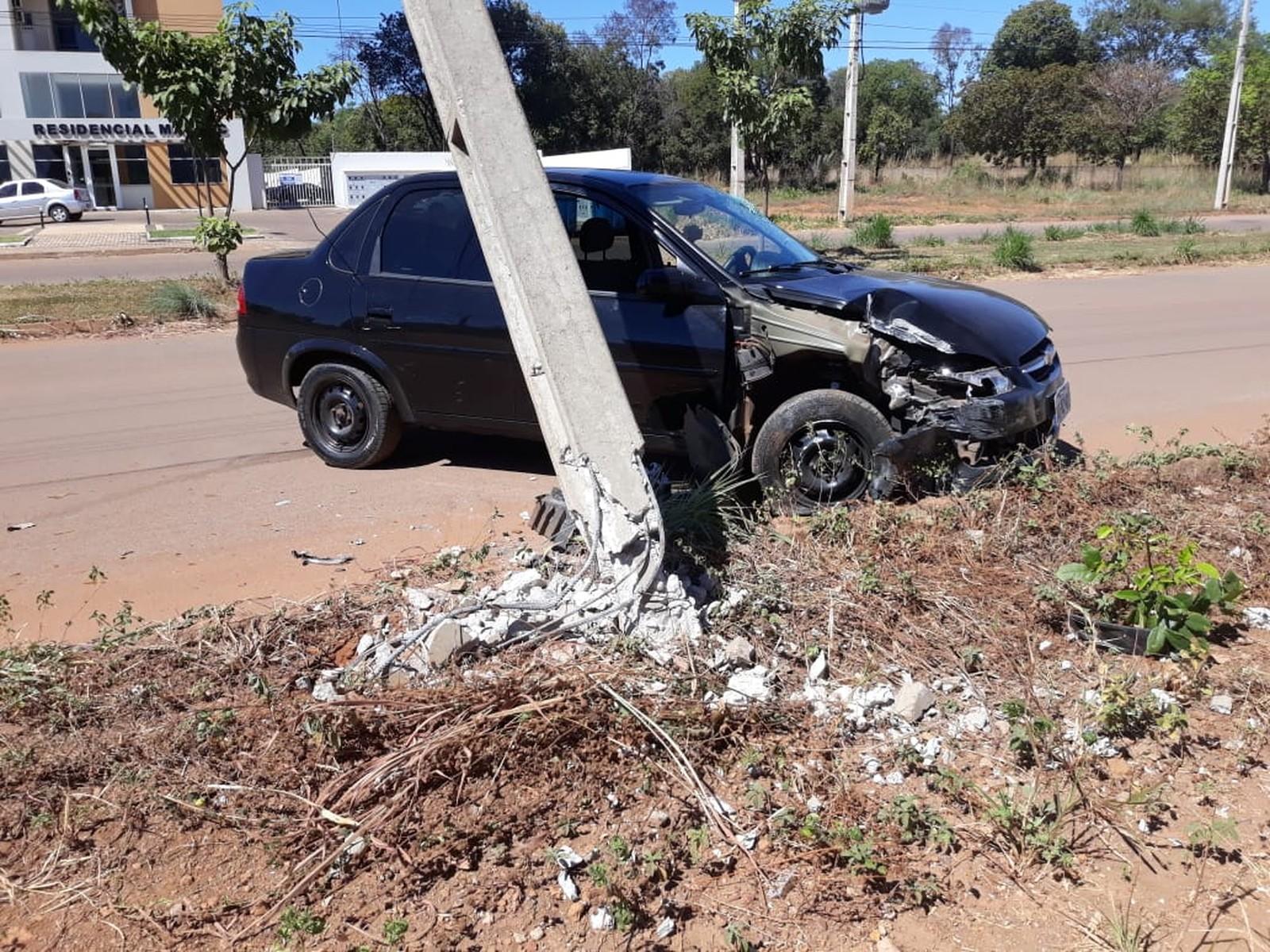 Motorista derruba poste em batida na região sul de Palmas