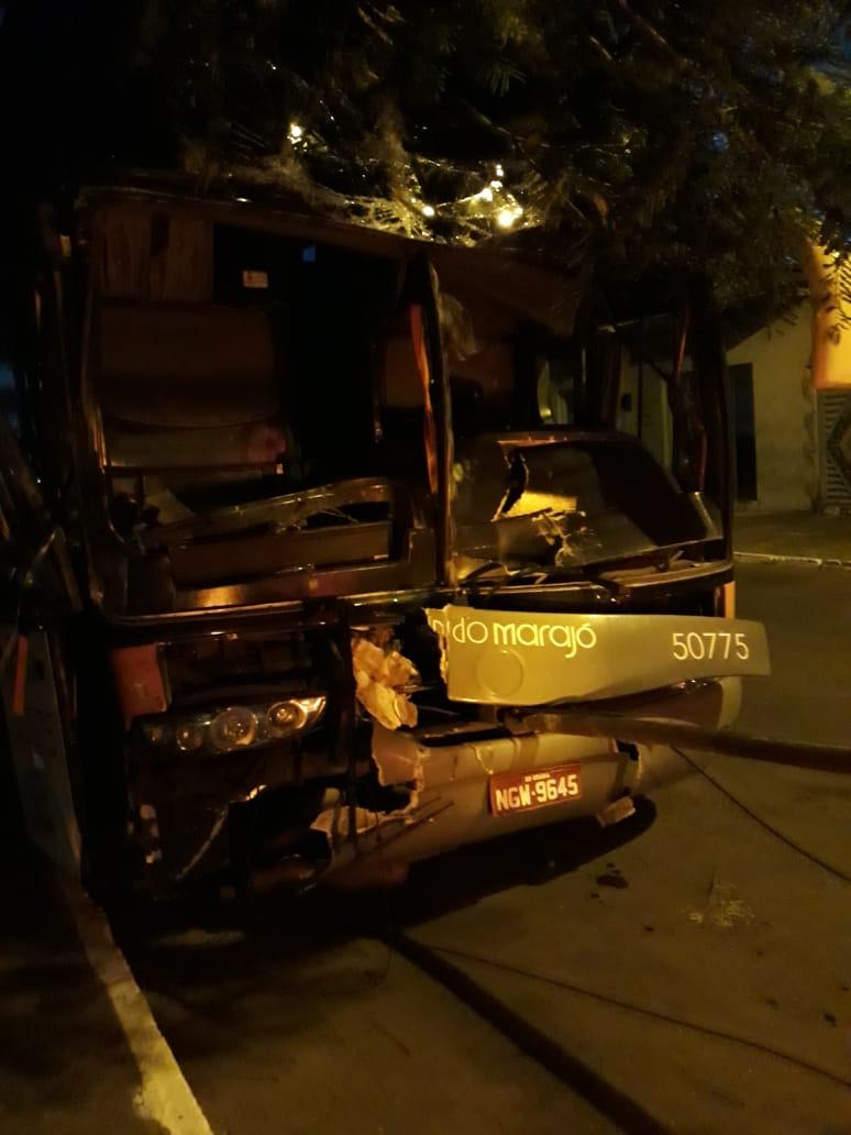 Ônibus bate na traseira de caminhão na BR-153 e deixa cinco feridos