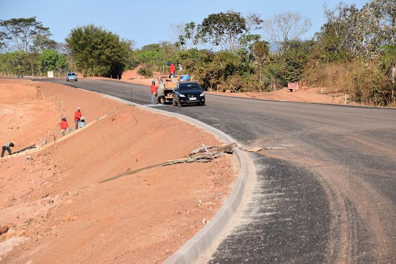 Governador do Tocantins vistoria obra em rodovia que liga Paraíso a Chapada da Areia