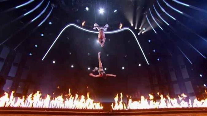 Acrobata despenca de plataforma em show de calouros; assista