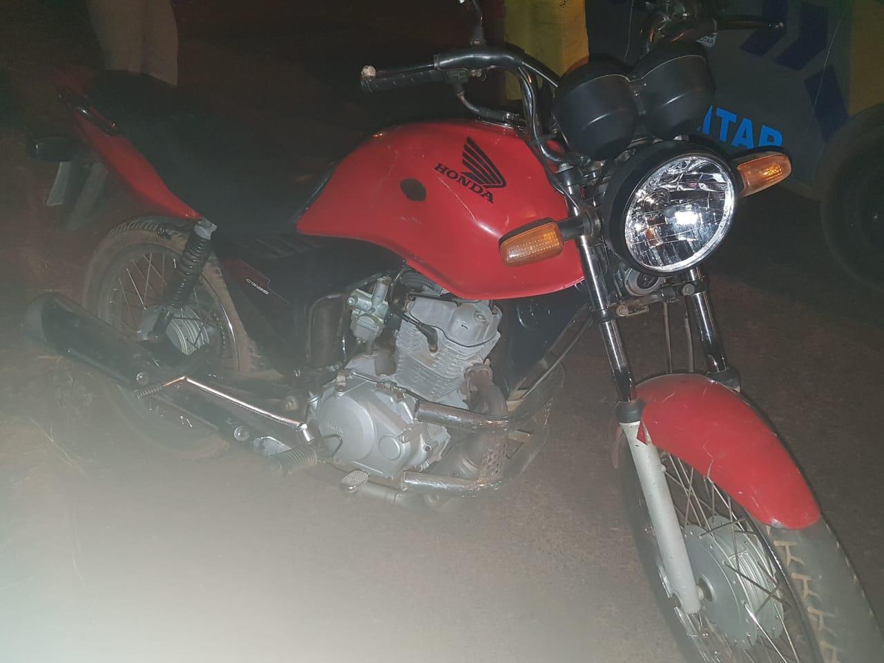 Polícia Militar detêm casal em posse de uma moto furtada e, mais um indivíduo