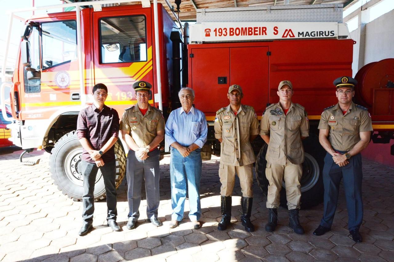 Bombeiros de Paraíso recebem novo caminhão de combate a queimadas