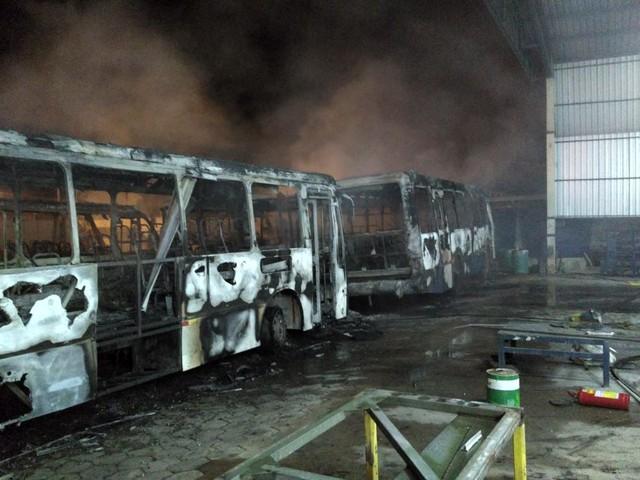 Incêndio destrói cinco ônibus e parte de prédio de empresa no distrito industrial em Palmas