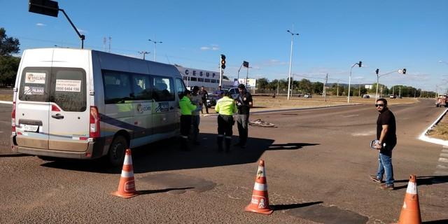 Ciclista fica ferido após acidente com van em avenida de Palmas