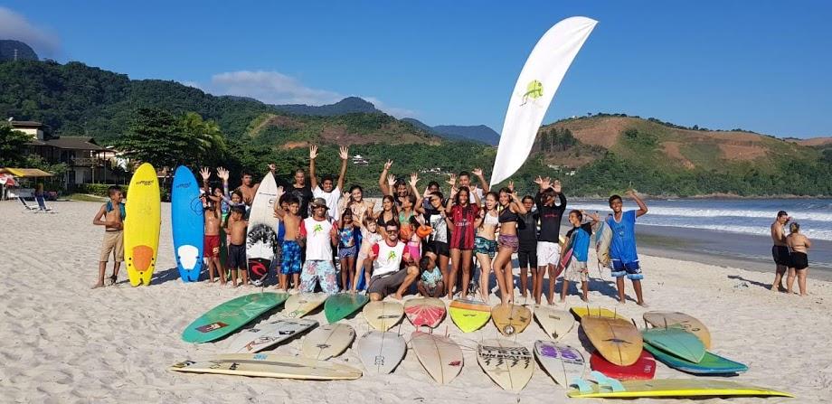 Crianças de São Sebastião constroem prancha de surfe com garrafas PET em projeto do IEE