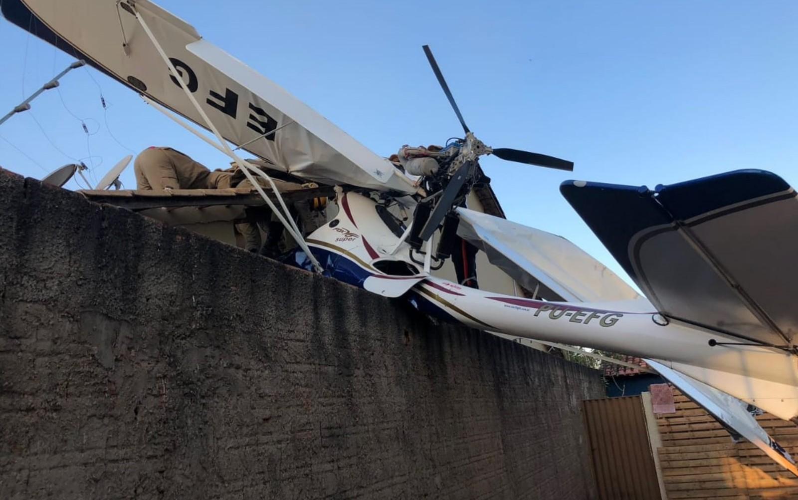 Avião cai em área residencial em Goiânia