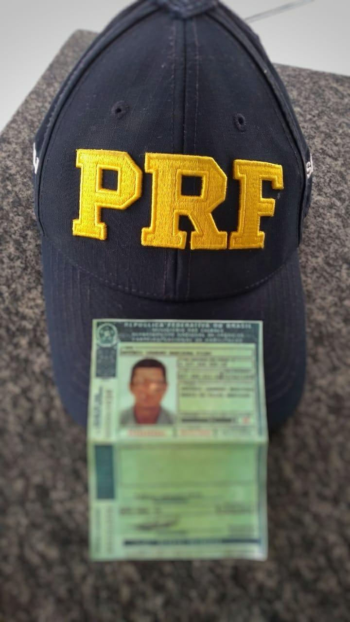 Homem apresenta CNH falsa para equipe da PRF e é preso em flagrante