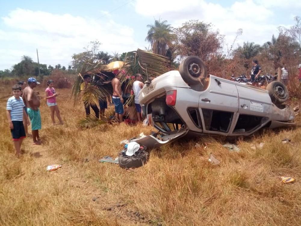 Adolescente de 15 anos é arremessado de veículo após capotamento em estrada vicinal