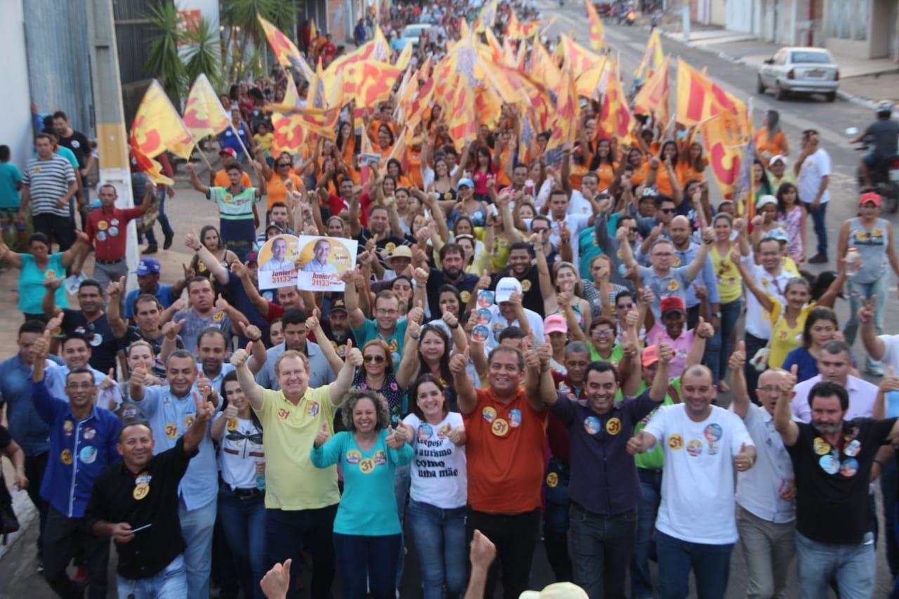 """Em berço político, Carlesse faz grande caminhada e destaca avanço na saúde de Gurupi: """"não prometo, faço"""""""