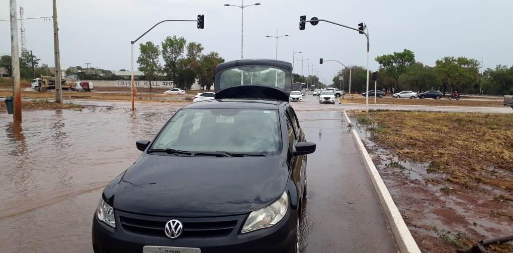 Primeira chuva alaga principais avenidas de Palmas e traz transtornos para população