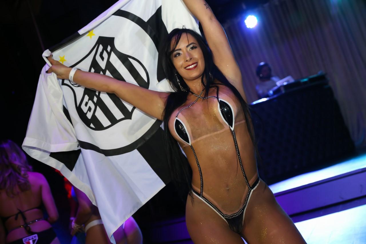 Candidata do Musa do Brasileirão causa ao aparecer vestindo biquíni de fita isolante