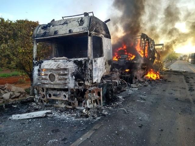 Caminhão com carga avaliada em R$ 1,5 milhão pega fogo na BR-153