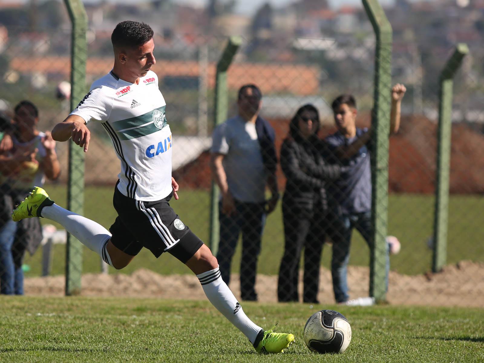 Após anotar mais um gol de falta pelo Coritiba, lateral Angelo Chaves vibra com tento decisivo e artilharia do Coxa na Copa do Brasil sub-17