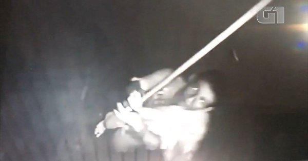 Suspeito de assalto é indiciado após ser filmado tentando quebrar câmeras de segurança com vassoura