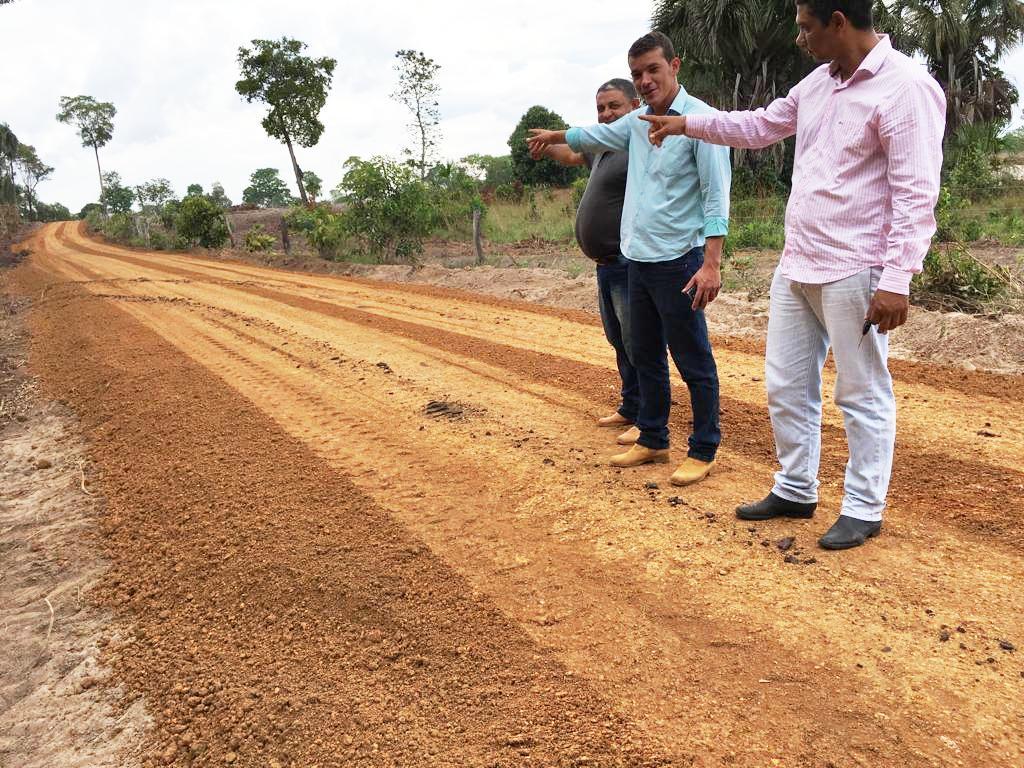 Prefeito de Marianópolis (TO) vistoria obras nas estradas da Vila do Prata