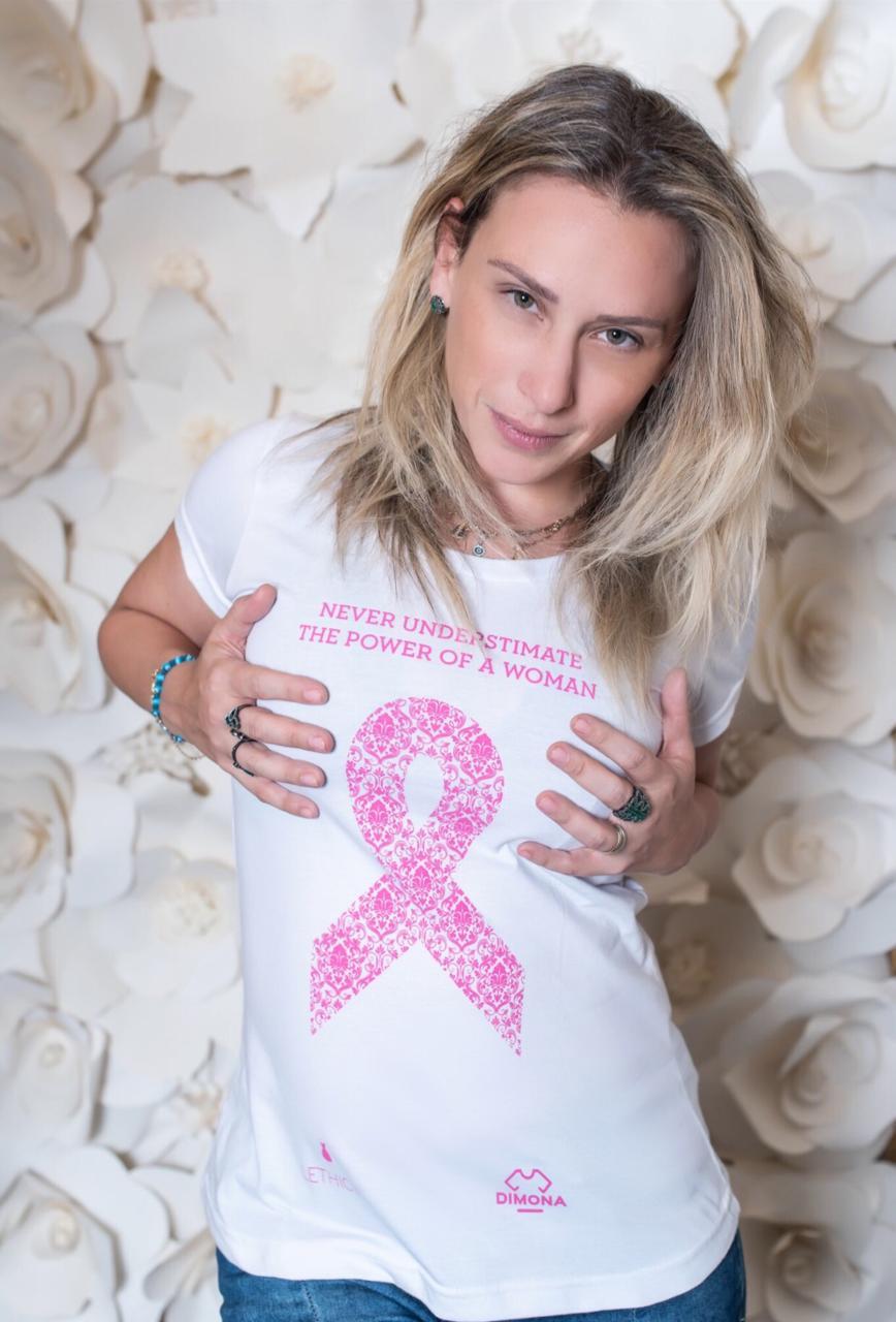 Outubro Rosa: Dimona lança camiseta em parceria com Lethicia Bronstein e doará lucros para ajudar Associação Rapunzel Solidária