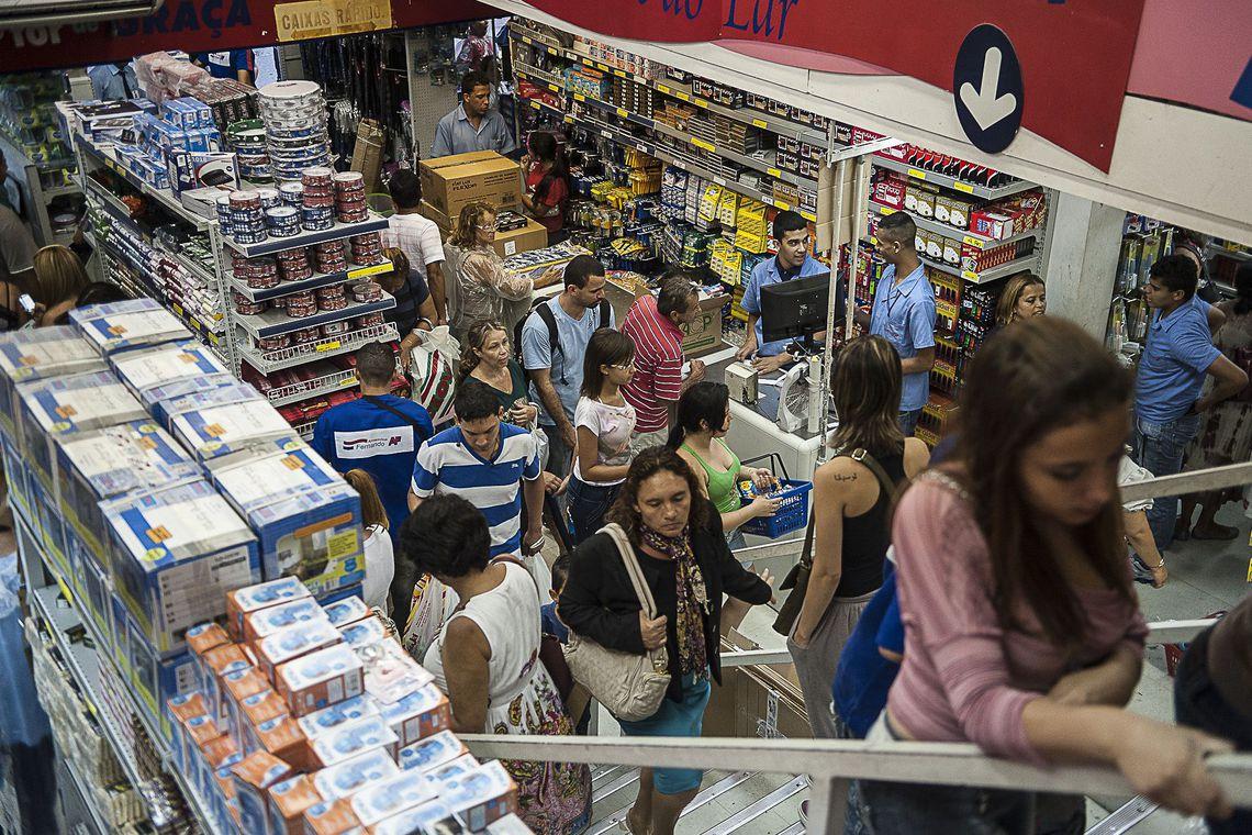 Pagamento do 13º salário injeta R$ 211,2 bilhões na economia brasileira
