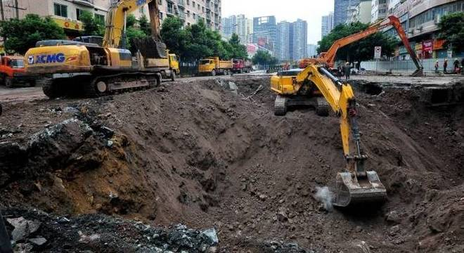 Abertura de cratera no asfalto deixa quatro mortos na China