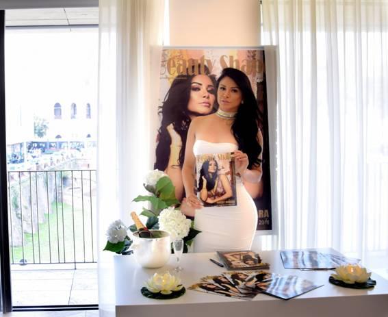 """Musa de Ipanema lança revista Beauty Shape na Itália e fala sobre comparação com Helô Pinheiro: """"Sou uma versão atualizada da musa"""""""