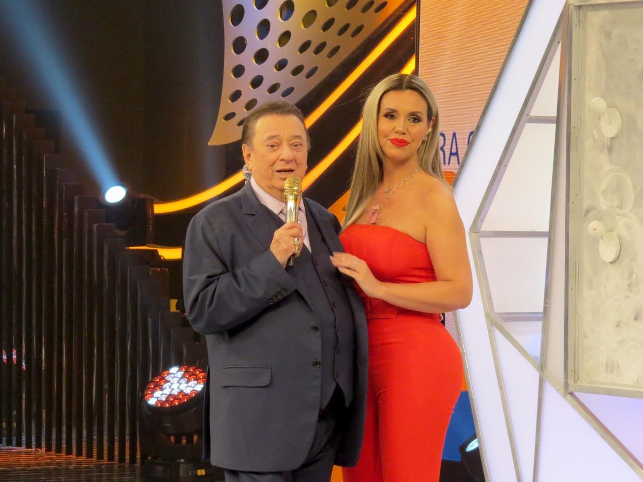 """Raul Gil recebe Renata Banhara no """"Pra Quem você Tira o Chapéu"""""""
