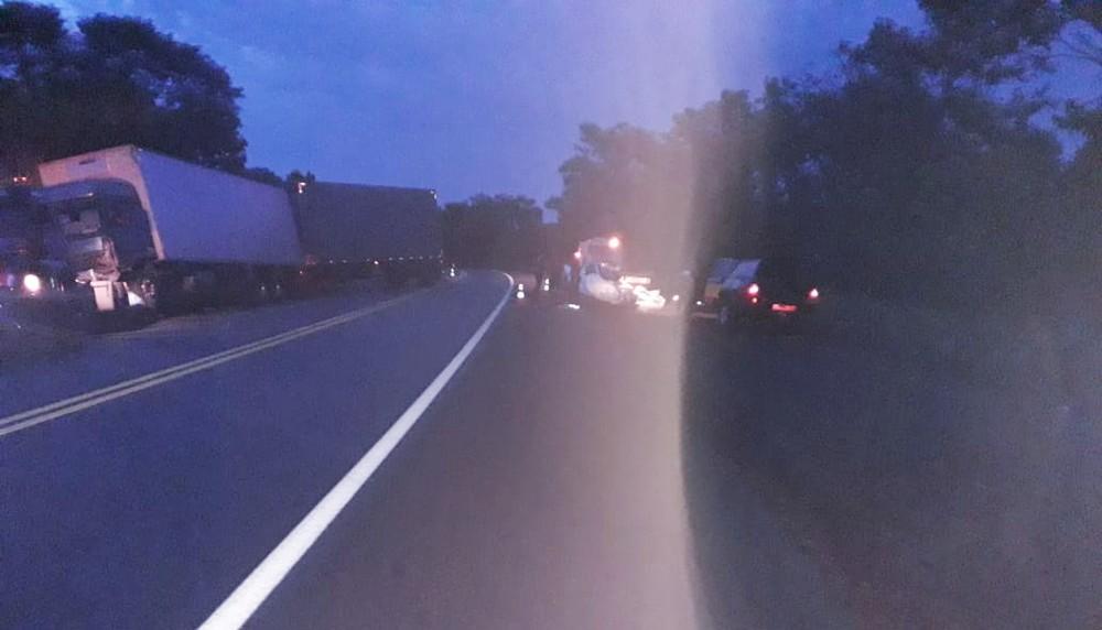 Jovem fica ferido após carro bater de frente com caminhão na BR-153