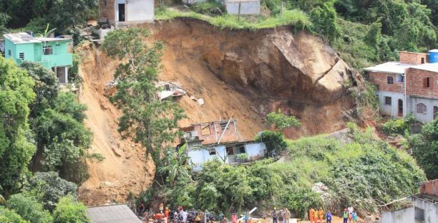 Sobe para 15 número de mortos em deslizamento em Niterói