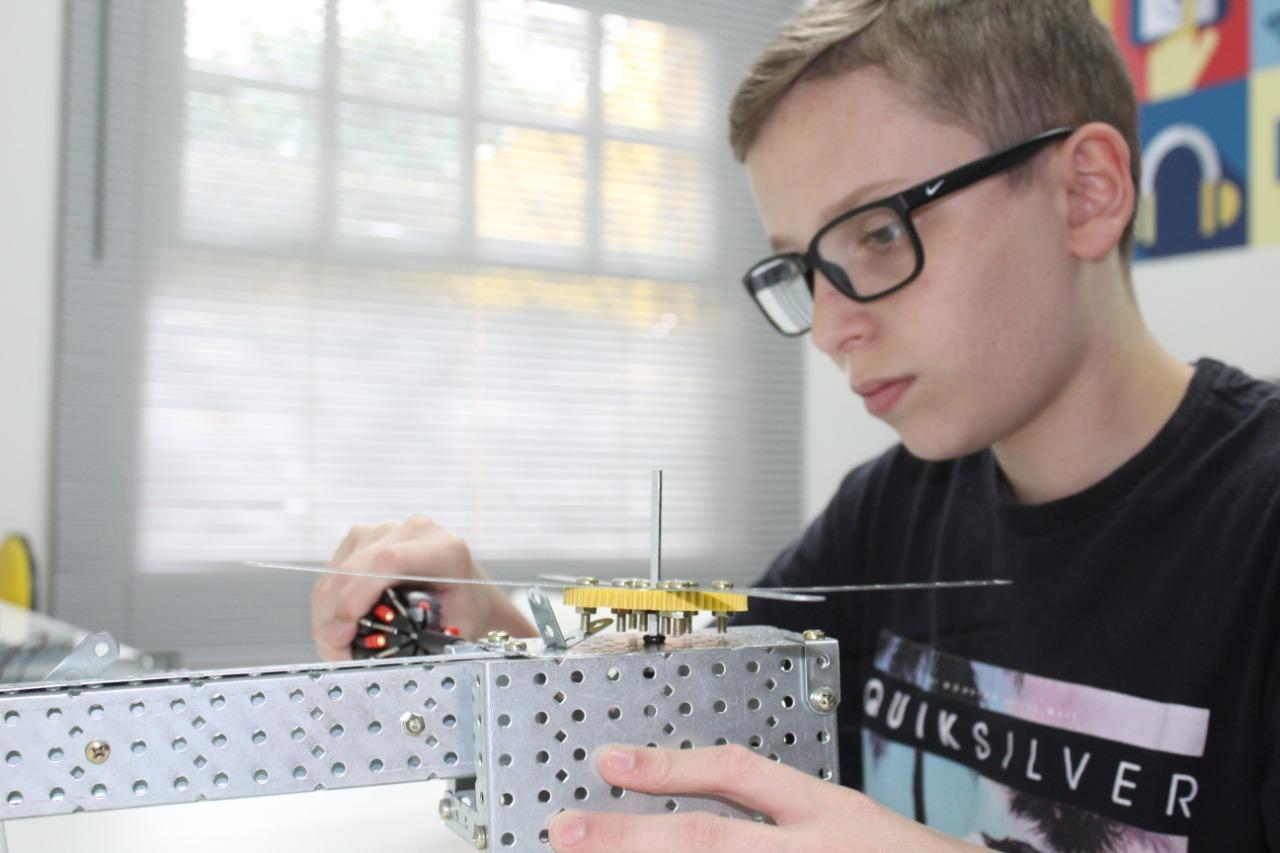 Garoto de 13 anos desenvolve calibrador para ajudar a medir batimentos cardíacos de bebês